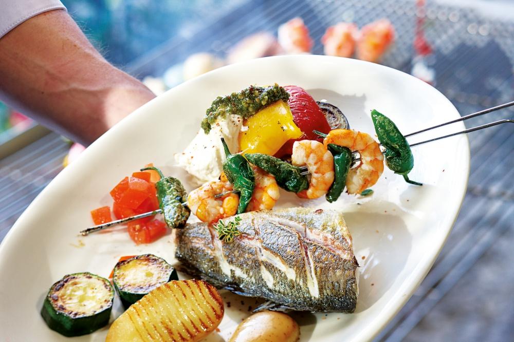 Barramundi filé serpenyőben sütve, mediterrán tapenáddal, grillezett koktélparadicsommal