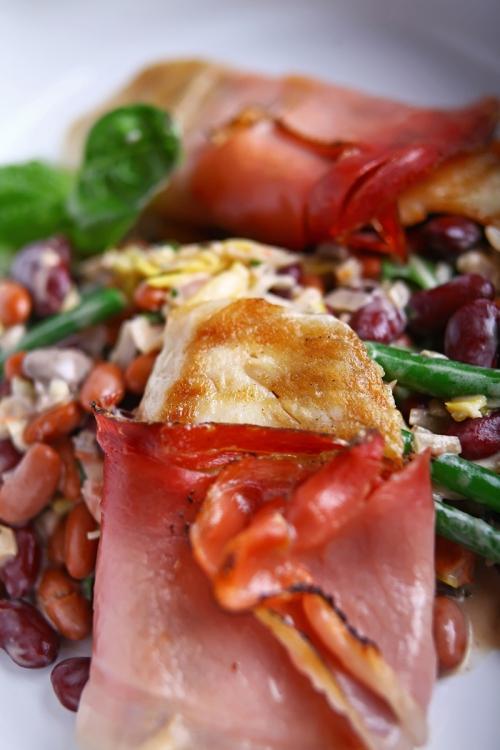 Szentpéterhal-filé pármai sonkába tekerve, sütőben sütve, kevert meleg babsalátával, vadgombával